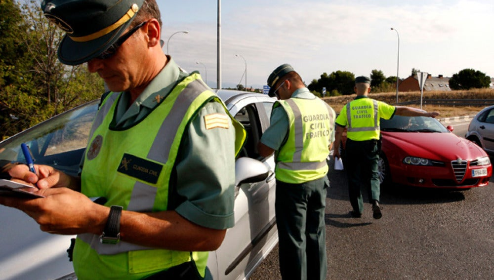 Guardia Civil haciendo controles