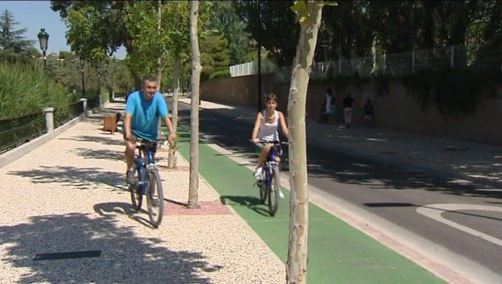 Ciclistas en el carril bici