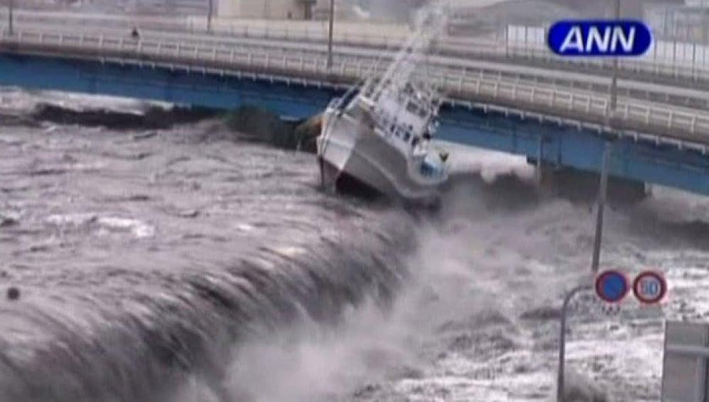 La fuerza del tsunami arrasa la costa japonesa