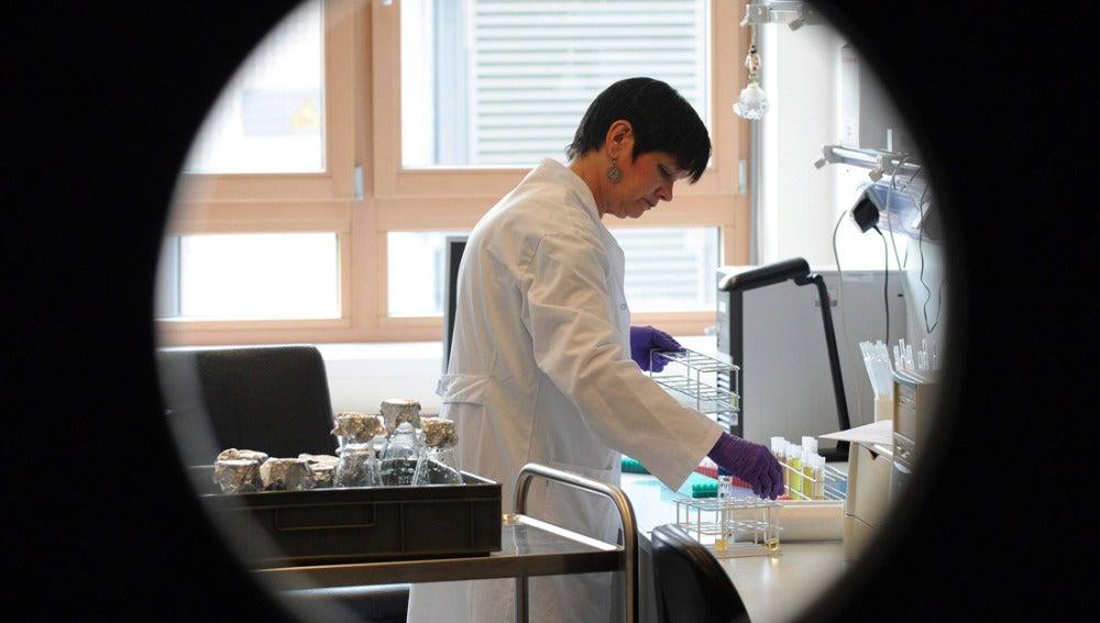 Una técnico de laboratorio realiza pruebas