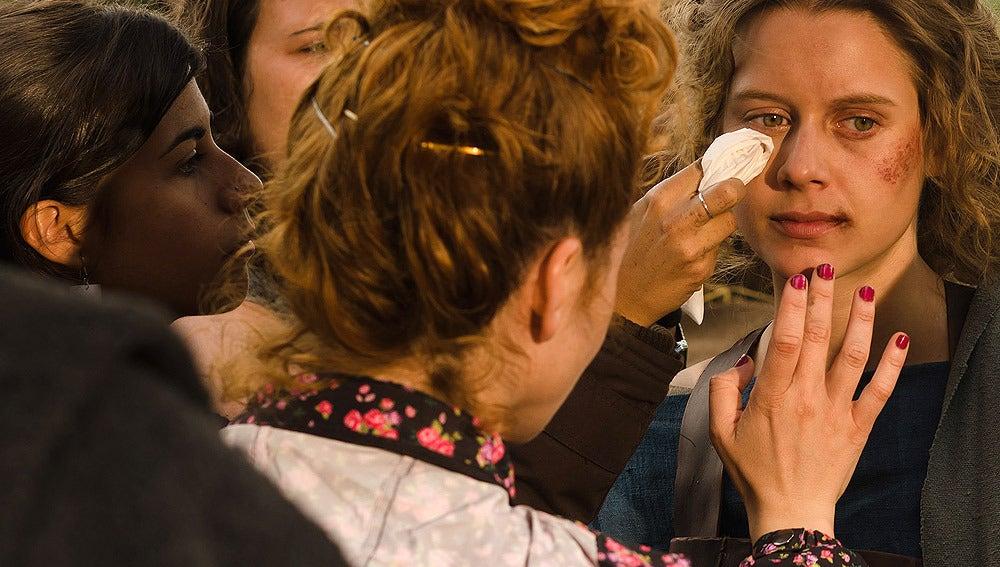 Retocando el maquillaje de Manuela Vellés