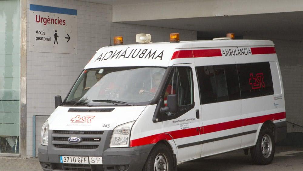 Una ambulancia sale de un hospital