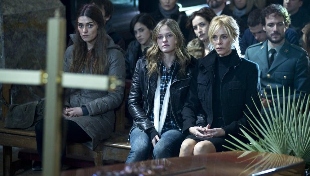 Leire y Sara en el entierro del Capitán Costa