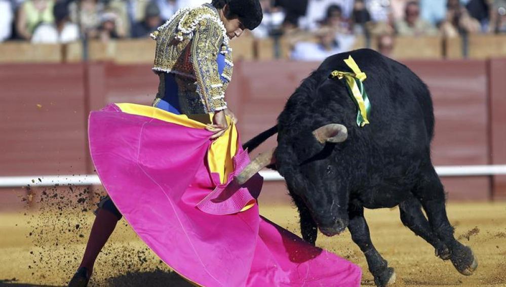 Cayetano Rivera Ordóñez, durante la lidia de su primer toro en la corrida de Feria de Abril