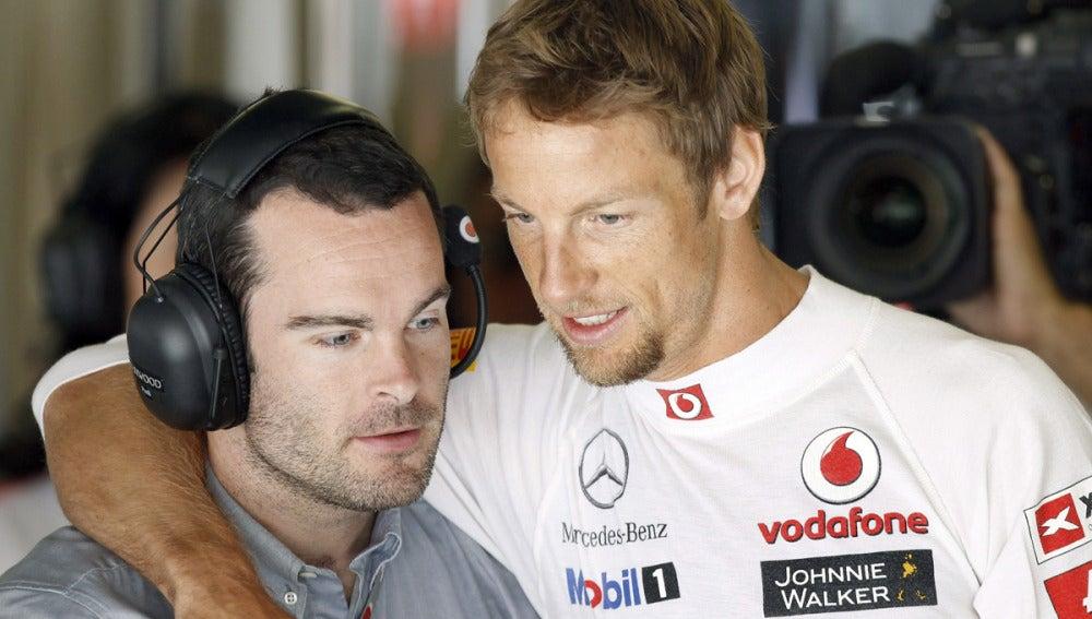 Jenson Button conversa con uno de sus ingenieros