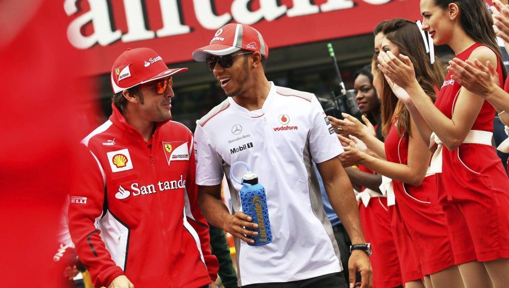 Alonso y Hamilton bromean antes de la carrera