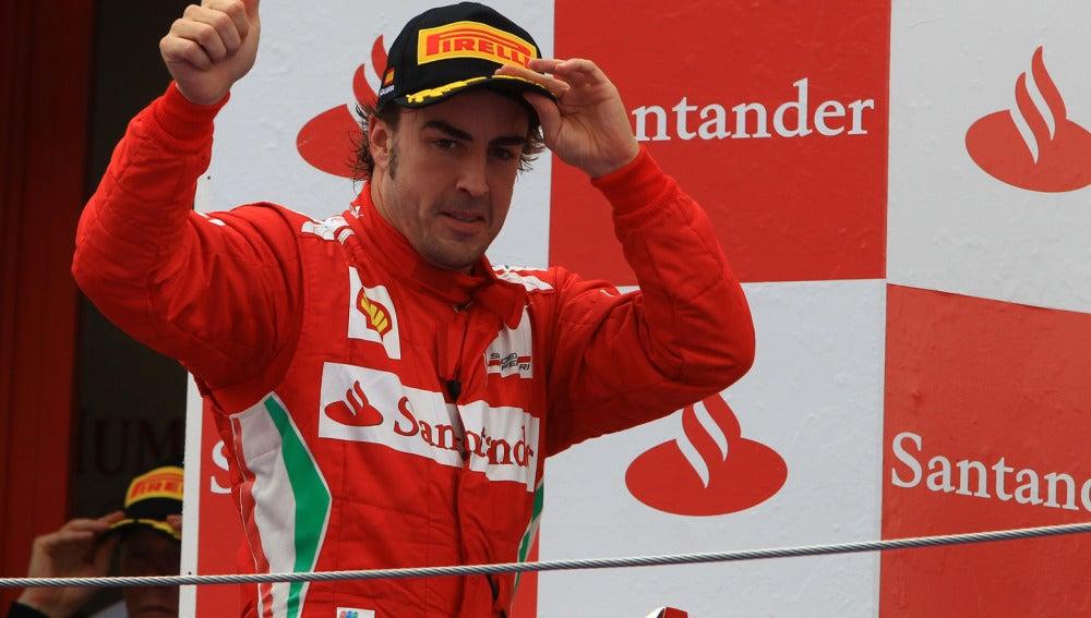 Alonso saluda al subir al podio
