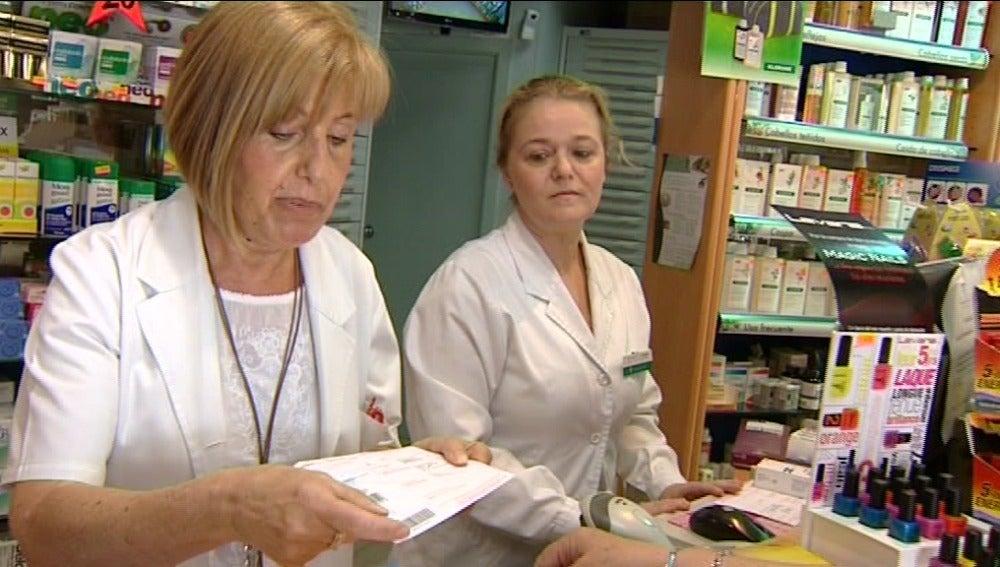Farmacéutica leyendo una receta