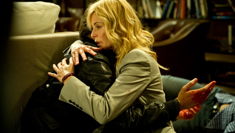 Sara y Raúl abrazados