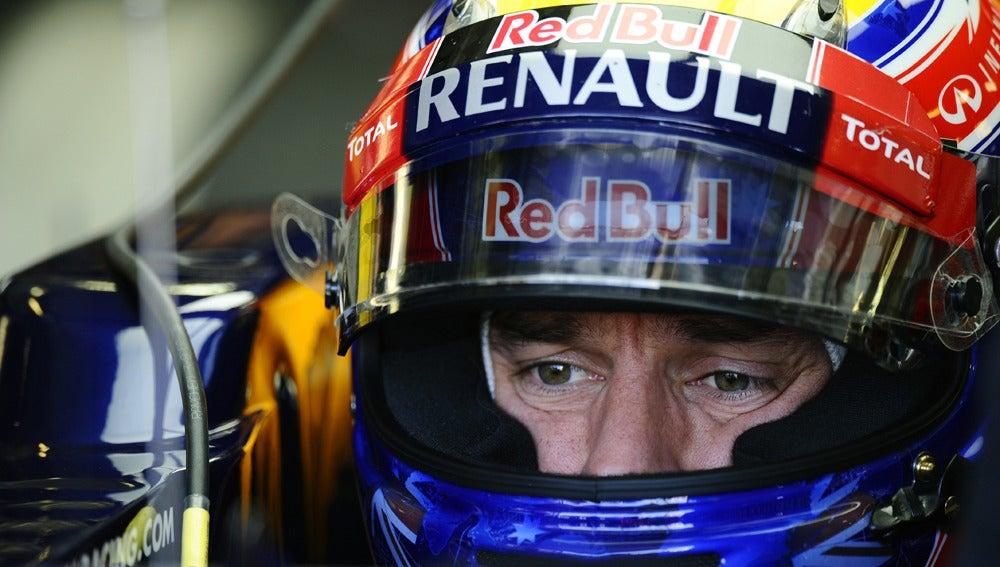 Mark Webber, con su casco