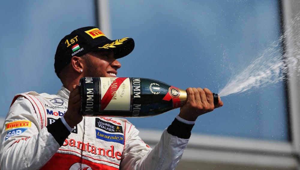 Hamilton celebra su victoria en Hungría