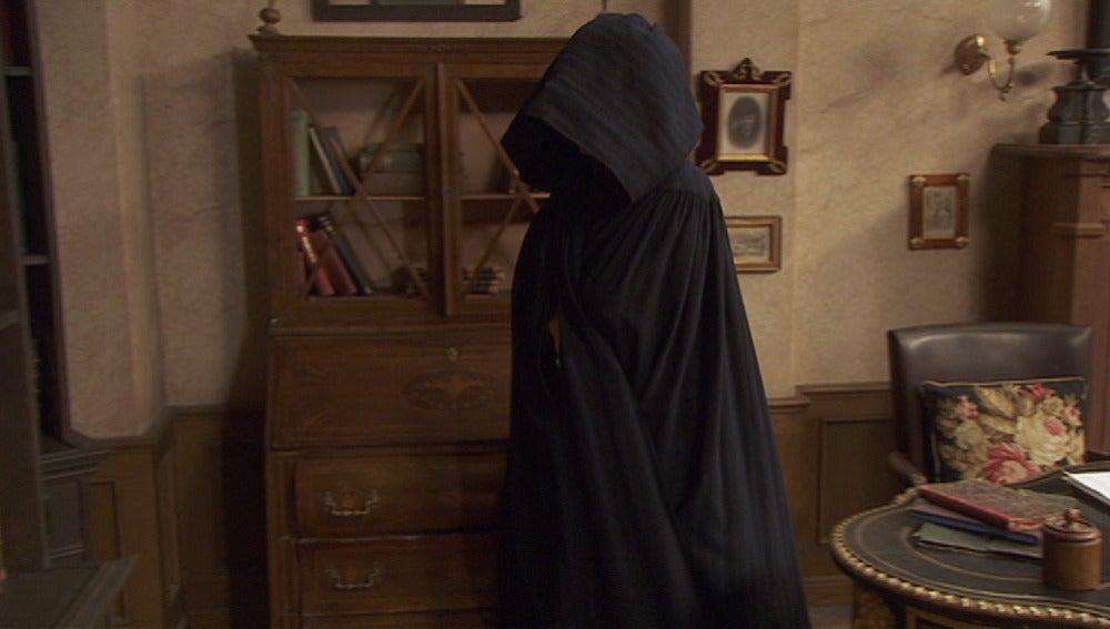 Francisca sale por un pasadizo