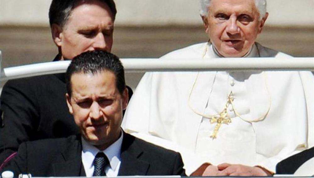 El exmayordomo Gabriele junto al Papa
