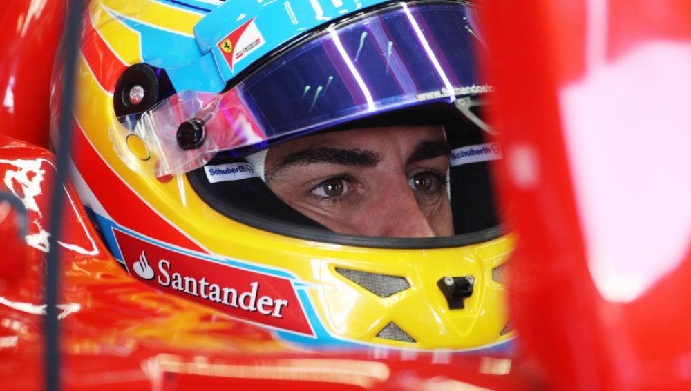 Alonso mira los tiempos en su Ferrari
