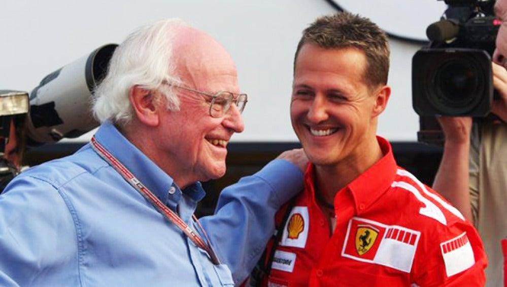 Sid Watkins acomapañado por Michael Schumacher.