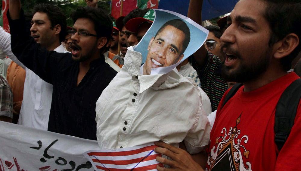 Simpatizantes del partido Tehrik-e-Insaf con una efigie del presidente de Estados Unido