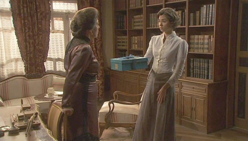 María entrega el regalo a Francisca