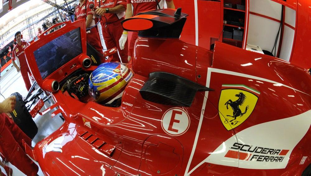Fernando en el box de Ferrari