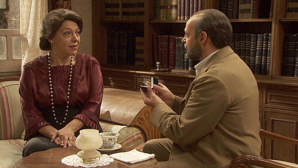 Raimundo le regala un anillo a Francisca