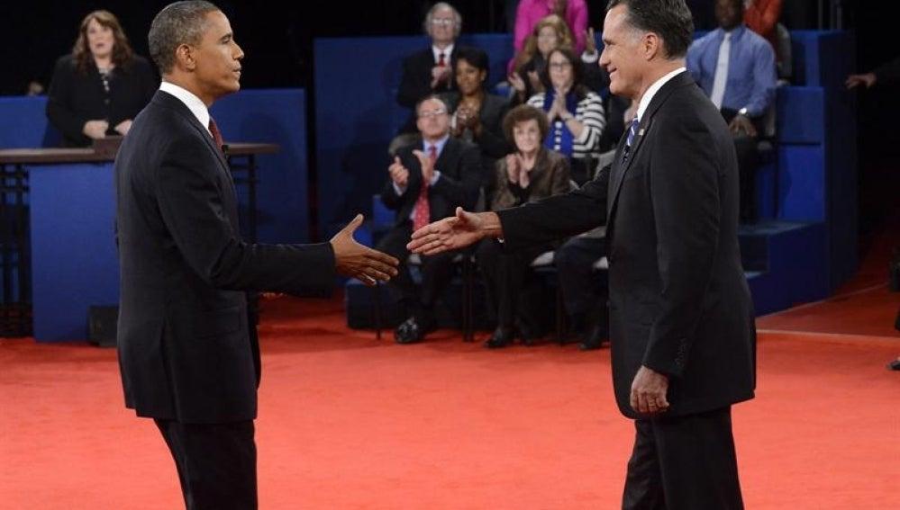 Los candidatos a la presidencia de EEUU se saludan antes del debate.