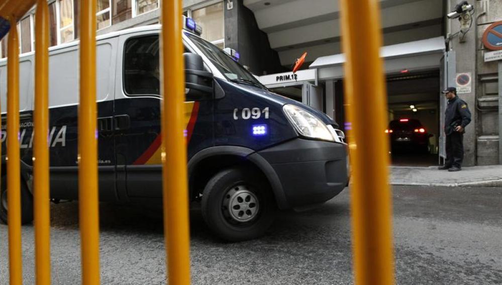 """Un furgón policial que traslada a algunos de los detenidos en la """"operación Emperador"""""""