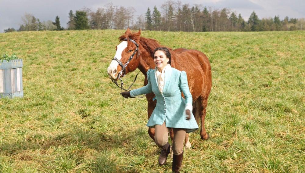 Regina con su caballo