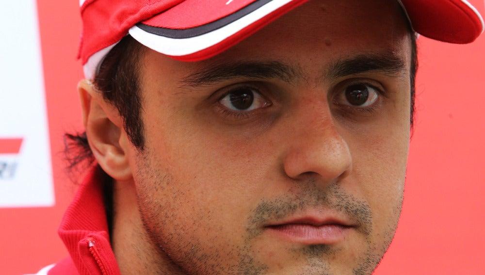 Felipe Massa observa atentamente