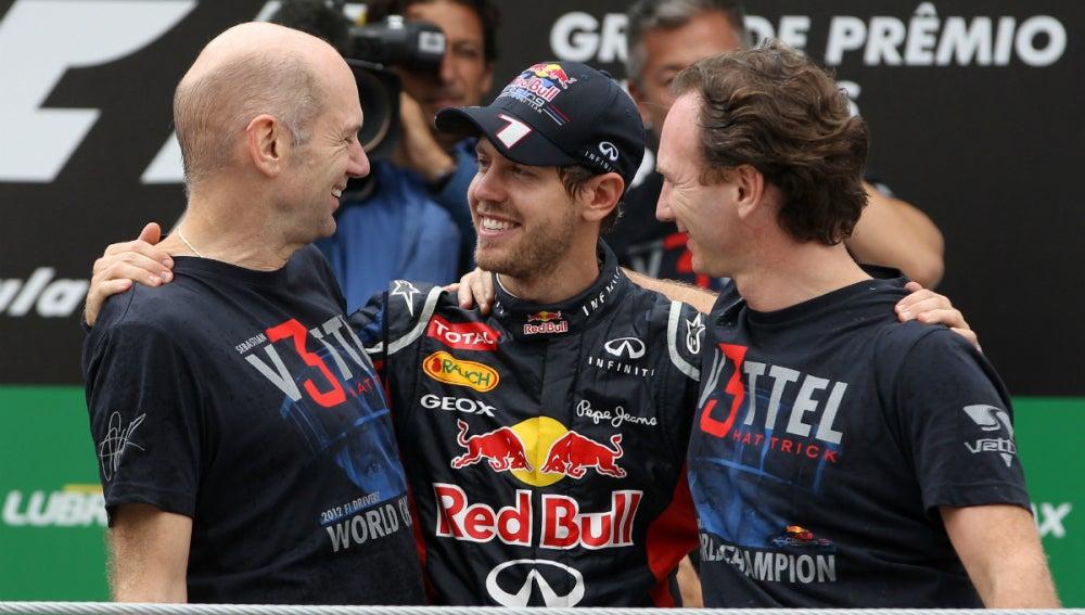 Vettel celebra el título con Newey y Horner