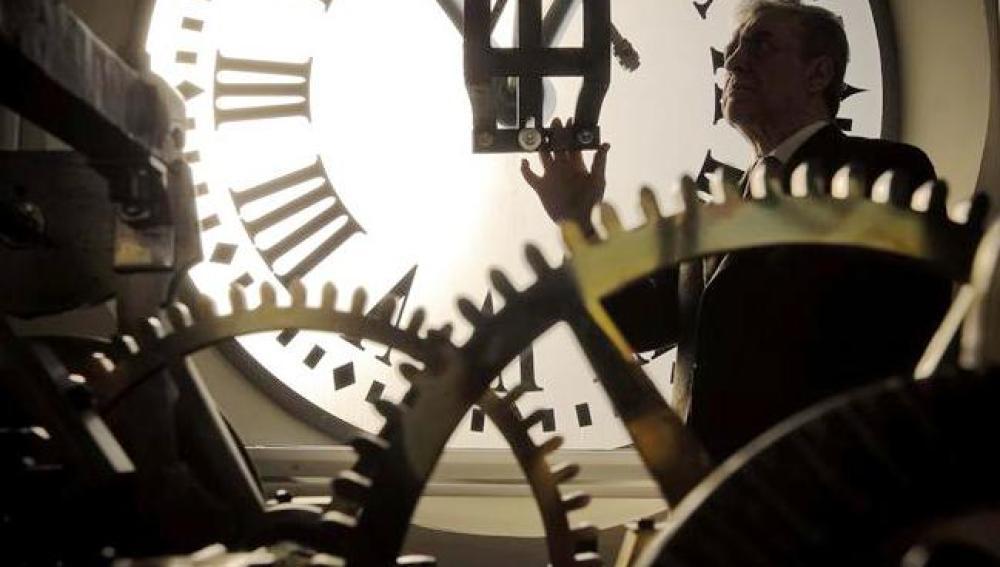Puesta a punto del reloj de la Puerta del Sol