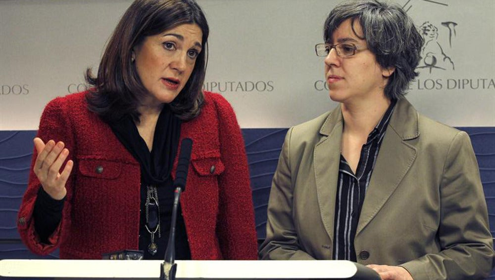 La portavoz del PSOE, Soraya Rodríguez, junto a la portavoz de Vivienda, Leire Iglesias