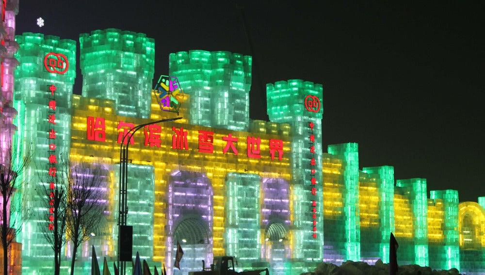 Castillo de hielo expuesto en el Festival de Harbin (China)
