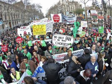 Manifestantes por el fin de los desahucios en Barcelona