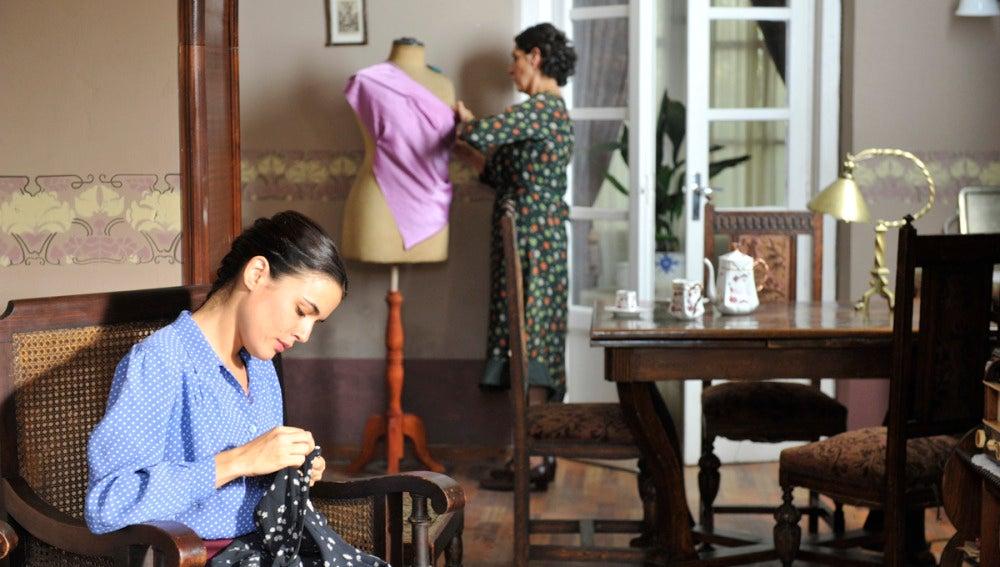 Sira cosiendo con su madre Dolores