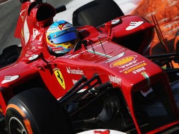 Alonso toma una curva en Monza