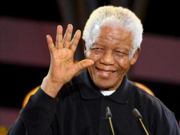 """Mandela saluda durante el concierto """"46664"""" que se celebró con motivo del Día Mundial contra el Sida"""
