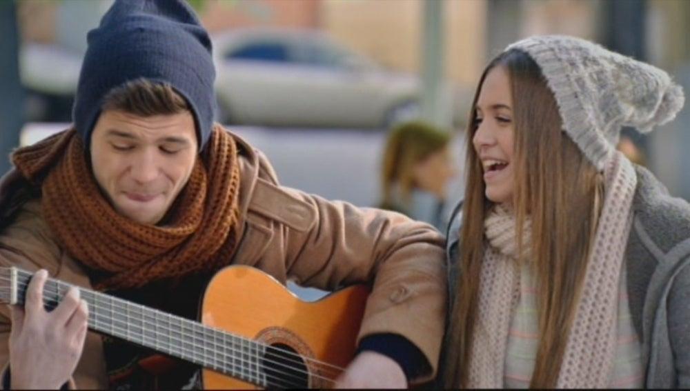 Carlos y Paula cantando en la calle