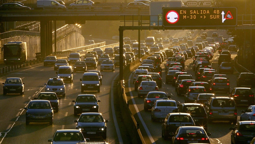 Carretera con tráfico en Madrid