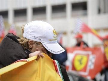 Una seguidora de 'Schumi' llora ante el hospital