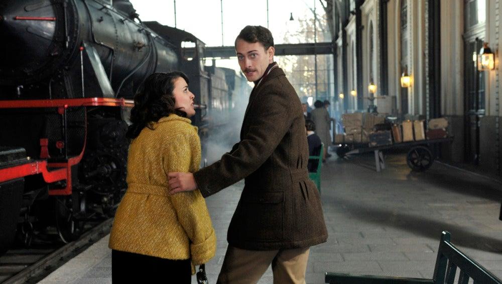 Sira e Marcus Logan na estação de trem
