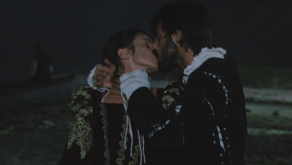 Salazar y Mencía se besan apasionadamente