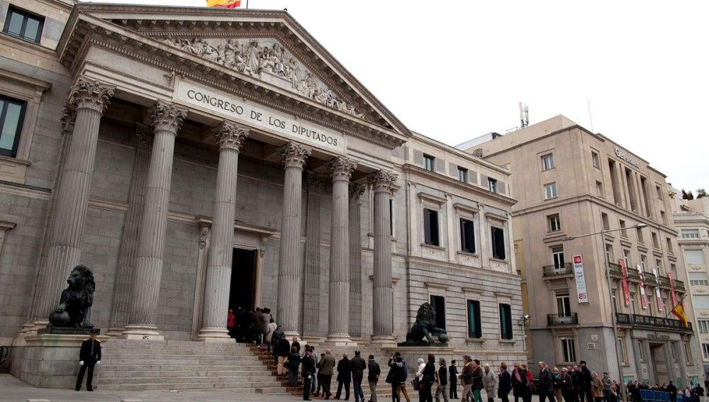 Ciudadanos hacen cola para despedir a Adolfo Suárez