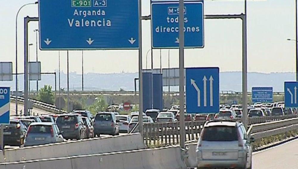 Decenas de vehículos en la carretera