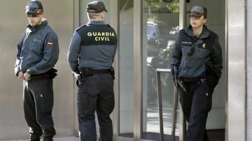 Agentes de la Guardia Civil en la sede de Adif