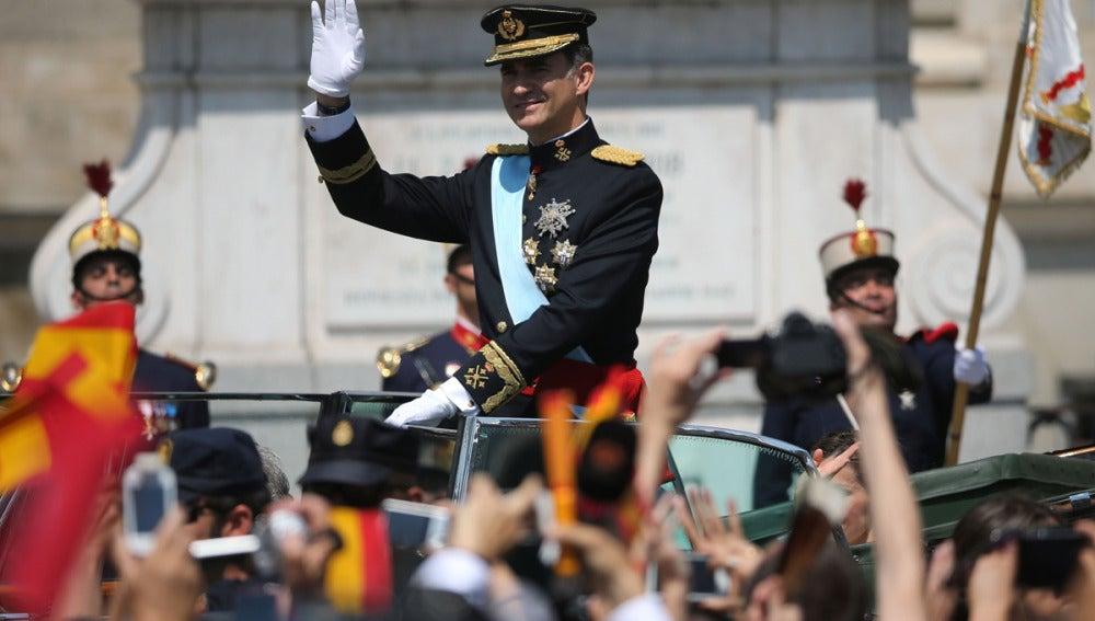 El Rey Felipe VI saluda en el recorrido