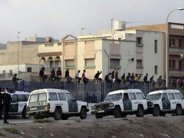 Alrededor de 30 inmigrantes de origen subsahariano permanecen encaramados en la valla de Melilla