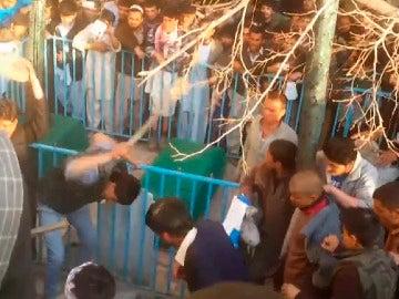 Linchan a una mujer en Kabul por quemar el Corán