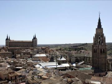 Vista de El Alcázar y la torre de la Catedral de Toledo