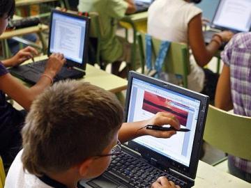 Alumnos de un colegio utilizando internet