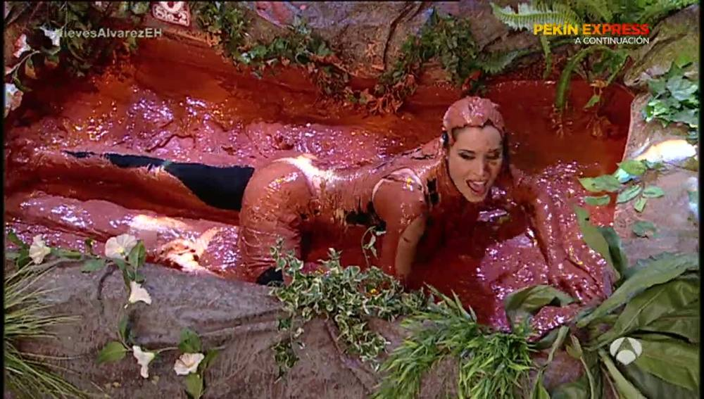 Pilar Rubio se baña en barro