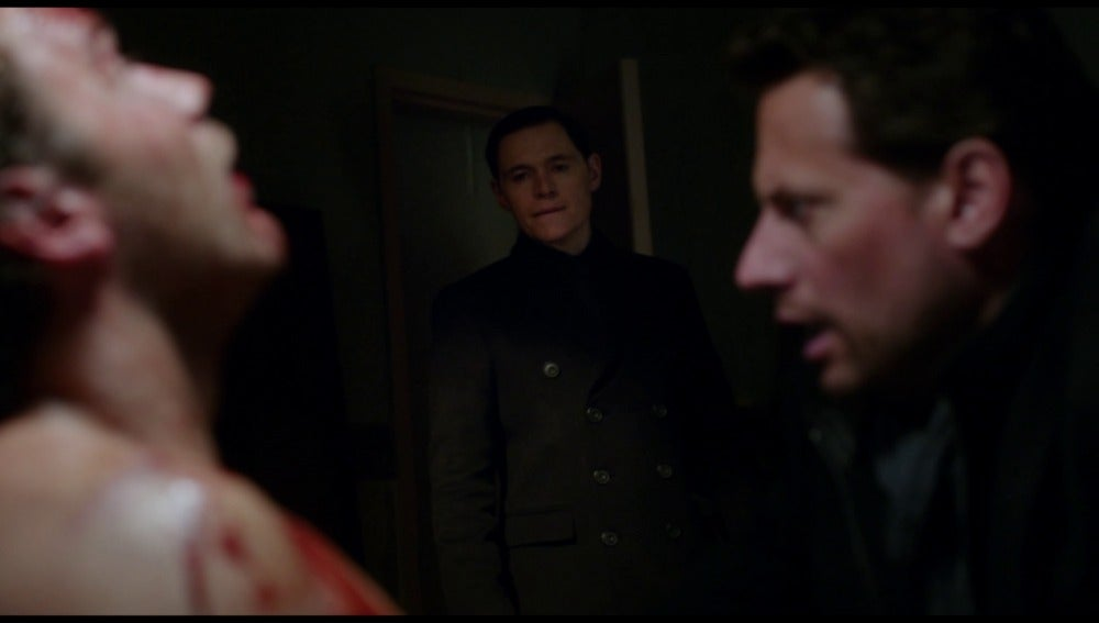 Adam busca la daga que puede matarle